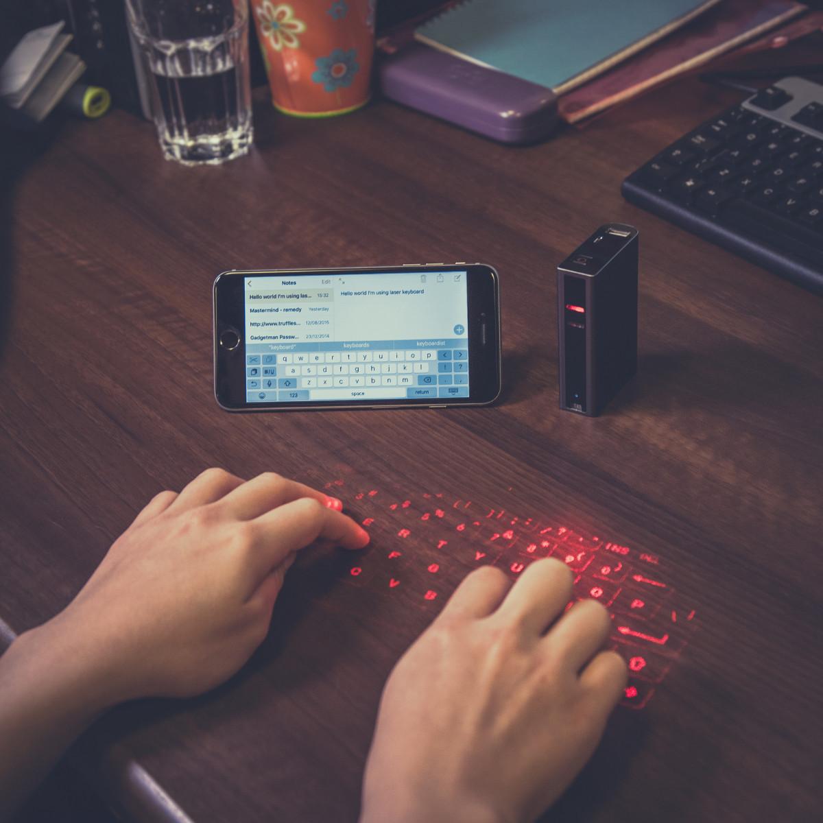 Für Smartphone & Co.: Laser-Tastatur & Powerbank