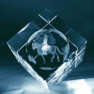 Reiterin im Glaswürfel  mit individualisierbarem Textfeld