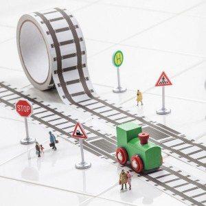 Plankband met rails en met houten treintje