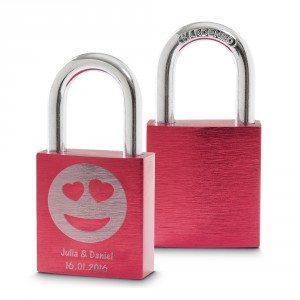 Rood liefdesslot met emoticon en gravure