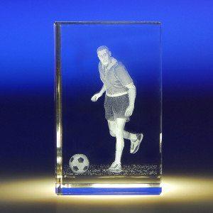 Voetballer in glazen blok met gravure